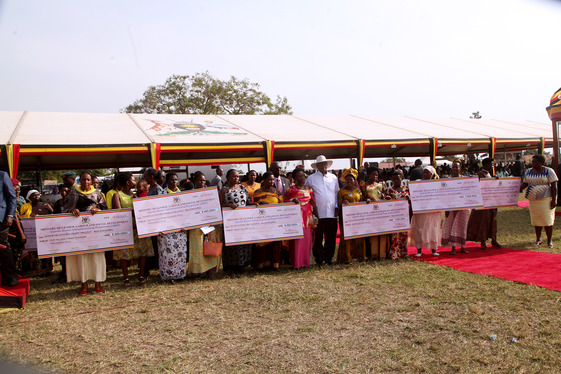 H.E President of Republic of Uganda Yoweri K. Museveni hands over cheques worth over 2 billion shillings to local women Groups and the Leadership of Rwenzori region districts
